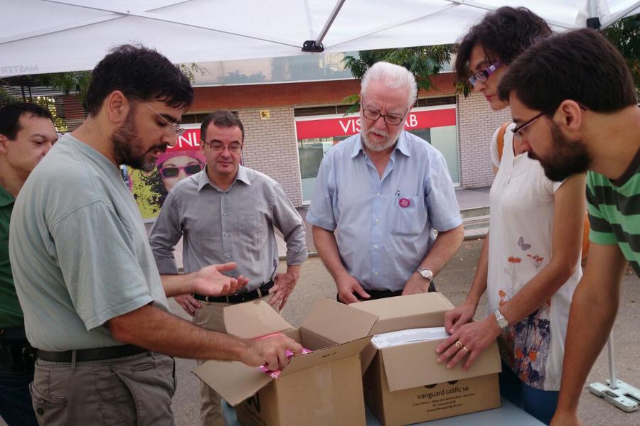 A Nou Barris, els voluntaris es reparteixen el material