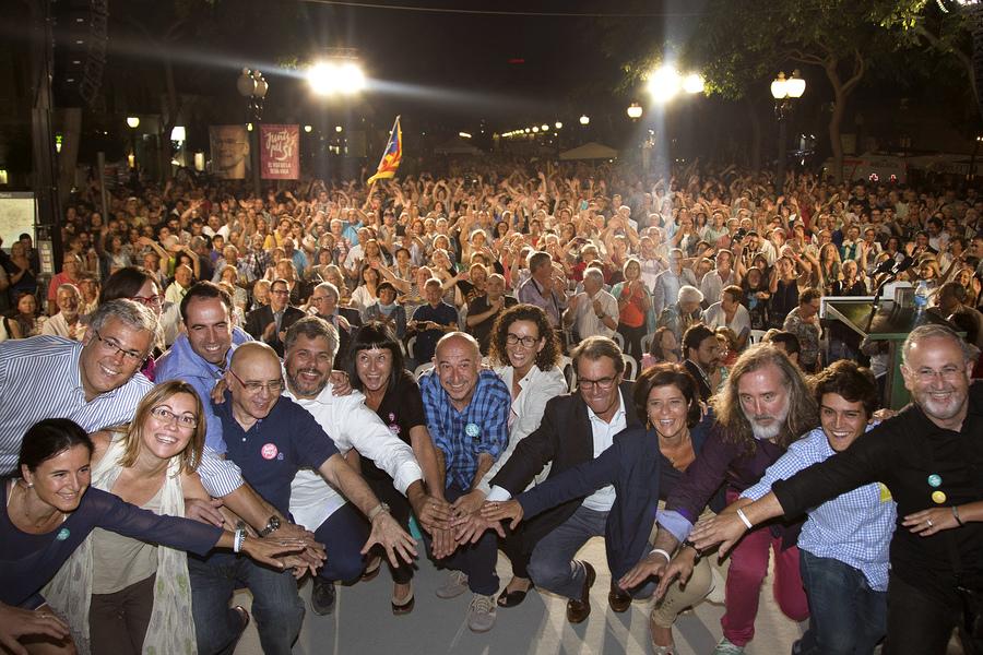 Els candidats ajunten les mans i es col·loquen per la foto conjunta