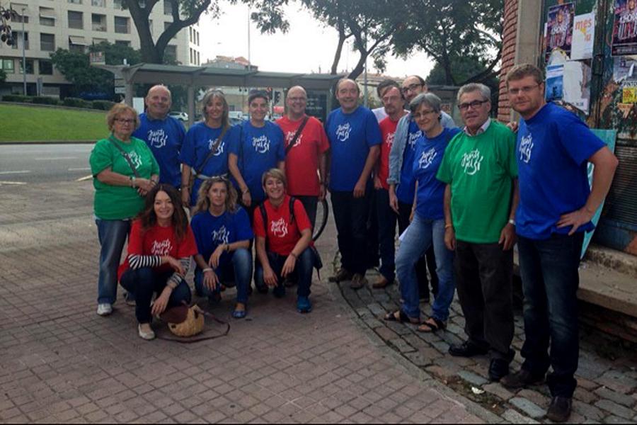 Un grup de voluntaris amb les samarretes de Junts pel Sí