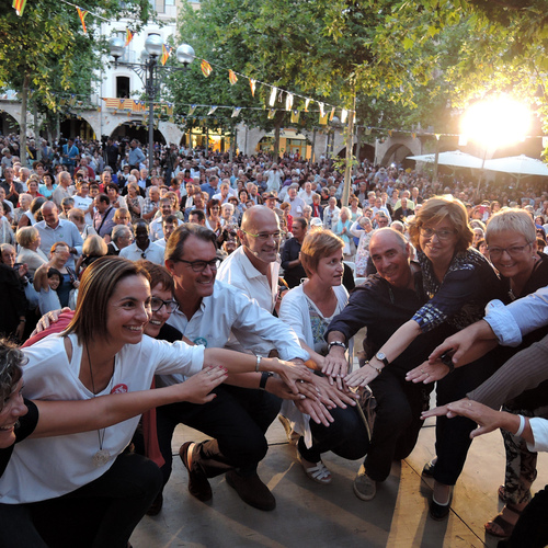 La plaça major de Banyoles, plena de gom a gom per acollir la candidatura de Junts pel Sí