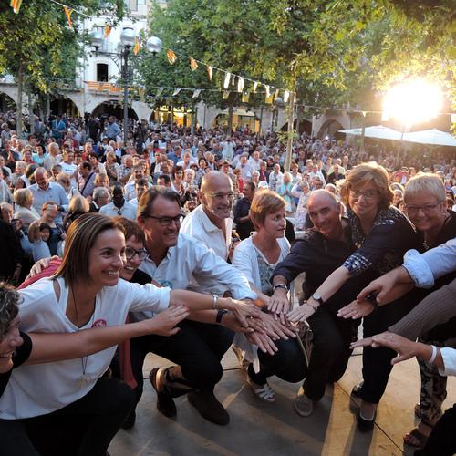 La plaza mayor de Banyoles, repleta para acoger a la candidatura de Junts pel Sí